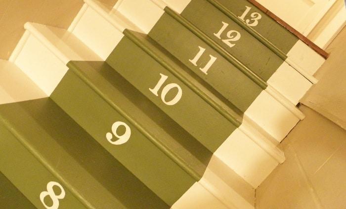 Des chiffres peints sur l'escalier