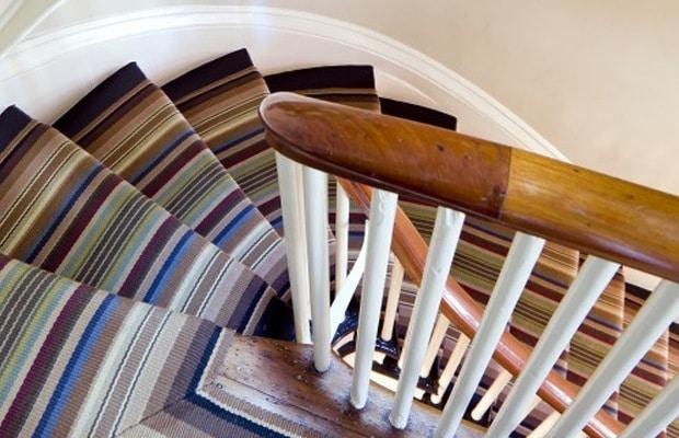 Tapisser l'escalier avec un étoffe coloré