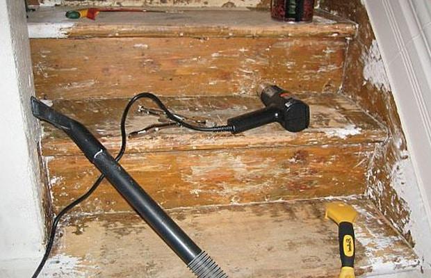 Rénover l'escalier à l'aide d'un brûleur de peinture