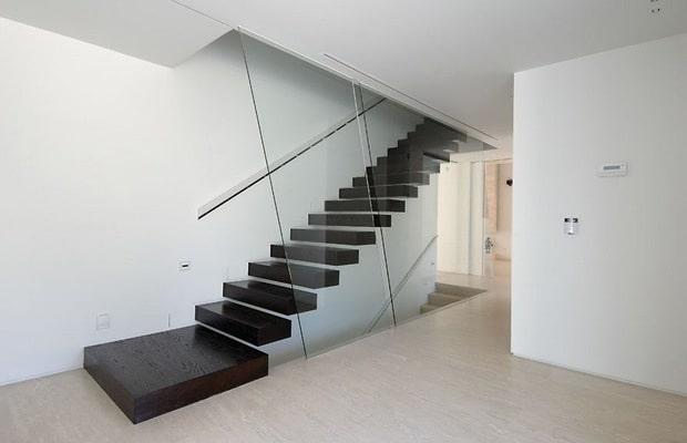 Escalier noir en bois
