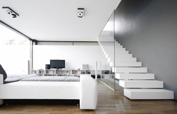 Escalier flottant avec une balustrade en verre
