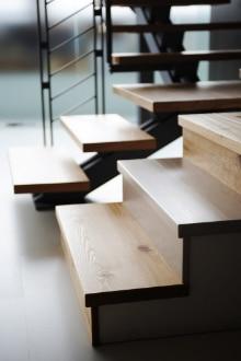 Nouvelles marches d'escalier: Méthode de pose, Conseils & Prix