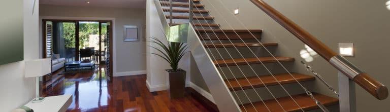 escalier bois vernis